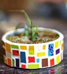 Macetas con latas de atún recicladas ~ cositasconmesh Mosaic Flower Pots, Mosaic Pots, Painted Flower Pots, Mosaic Garden, Mosaic Glass, Mosaic Crafts, Mosaic Projects, Garden Projects, Tin Can Crafts