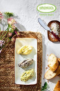 Was gibt es besseres zu frischem, lauwarmen Bort als leckere Heumilch-Butter? Neben naturbelassener Butter gibt es bei uns Tannenwipfelbutter, Mohnbutter und eine Brennessel-Orangenbutter.  Das Rezept für das frische Buttermilchbrot und die dreierlei Heumilch-Butter gibt es auf unserer Homepage. Brunch, Camembert Cheese, Dairy, Food, Chef Recipes, Eat Lunch, Food Dinners, Kid Recipes, Hay