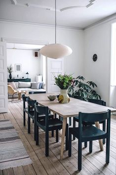Dining room furniture ideas that are going to be one of the best dining room design sets of the year! Get inspired by these dining room lighting and furniture ideas! Farmhouse Style Kitchen, Modern Farmhouse Kitchens, Farmhouse Table, Scandinavian Style Home, Scandinavian Apartment, Scandinavian Dining Rooms, Danish Apartment, Beautiful Dining Rooms, Style Deco
