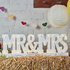 """Holzschriftzug """"Mr & Mrs"""" mit LED-Beleuchtung. Weißer Mr & Mrs Schriftzug aus Holz als Raumdeko für die Hochzeit."""