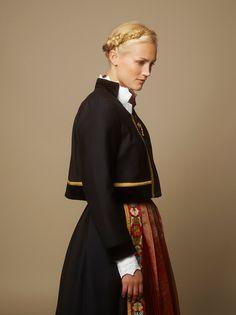 Hundreårsdrakten – festdrakt til dame – Eva Lie Design Norwegian Clothing, Norwegian Style, Fashion Terms, Costumes Around The World, Folk Fashion, Women's Fashion, Folk Costume, Mode Inspiration, Fashion Inspiration
