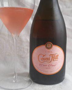 Vaalean punainen Cavas Hill espanjalainen kupliva cava. #cava #kuohuviini #kupliva #viini#wines#winelover#winegeek#instawine#winetime#wein#vin#winepic#wine#wineporn herkkusuu #lasissa #Herkkusuunlautasella