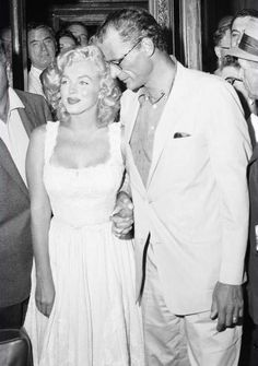 Marilyn Monroe - August 1957 - leaving the New York City Hospital with husband Arthur Miller after suffering an ectopic pregnancy Marylin Monroe, Marilyn Monroe Photos, Hollywood Glamour, Classic Hollywood, Old Hollywood, Pin Up, Sexy Women, Celebrity Gallery, Norma Jeane