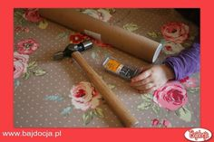 Będziesz potrzebować: długiej rolki wykonanej z mocnego, grubego kartonu, młotka, gwoździ, ziaren fasoli, kleju kolorowego papieru oraz elementów dekoracyjnych, którymi przyozdobisz instrument. #dziecko #zabawka #homemade #bajdocja #diy #zróbrosam