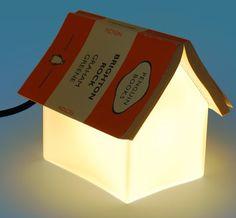 http://www.suck.uk.com/products/bookrestlamp/?category=house  Handige huisjeslamp
