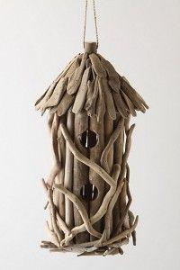 Casita de pájaros con trozos de madera