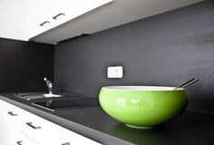 Auf edlen dunklen Flächen wie hier in der Küche sorgen kräftige Farben für einen ansprechenden Kontrast Sink, Home Decor, Bold Colors, New Construction, Projects, House, Sink Tops, Vessel Sink, Decoration Home