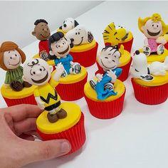 Cupcakes lindos do Snoopy, adoro! Cupcakes Lindos, Cute Cupcakes, Cute Cookies, Party Cupcakes, Snoopy Birthday, Snoopy Party, Charlie Brown Christmas, Charlie Brown And Snoopy, Fondant Cupcake Toppers