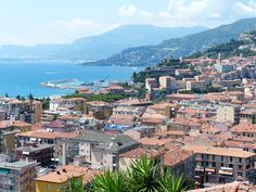 Panorama mozzafiato dell'incantevole città e del mare azzurro di Ventimiglia in provincia di Imperia che si trova a pochi chilometri dal confine francese. B&B in regione Liguria qui http://bedandbreakfast.place/it/bb-liguria