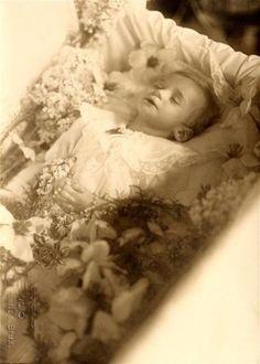 Post mortem photo of boy in casket. Memento Mori, Death Pics, Good Night Dear, Post Mortem Pictures, Victorian Photography, Post Mortem Photography, Boy Photos, Casket, Macabre
