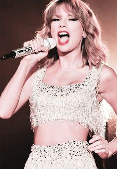 "Taylor swift singing ""Shake It Off"" at the VMA's 2014"