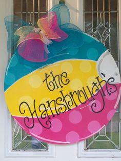 Beach ball door hanger – Wreath For Front Door İdeas. Door Crafts, Burlap Crafts, Wooden Crafts, Diy And Crafts, Painted Doors, Painted Signs, Wood Doors, Deco Mesh Bows, Burlap Door Hangers