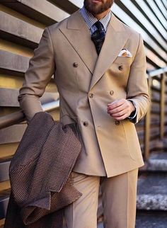 How to wear like gentle man. Men with style / classic / dapper / suit / tie / coat / dapper men at pitti uomo Dapper Suits, Dapper Men, Mens Tailored Suits, Mens Suits, Der Gentleman, Gentleman Style, Suit Up, Suit And Tie, Men With Street Style