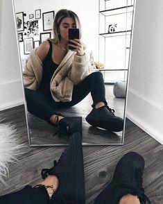 all black with teddy bear jacket Tomboy Outfits, Trendy Outfits, Fashion Outfits, Womens Fashion, 90s Fashion, Fall Winter Outfits, Winter Fashion, Teddy Bear Jacket, Sneaker Trend