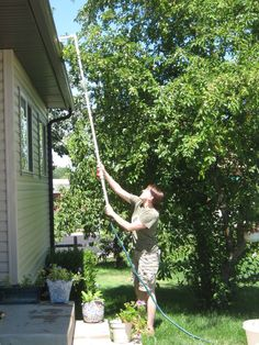 Make a hose extender to clean the gutters. Top 20 Low-Cost DIY Gardening Projects Made With PVC Pipes - Amazing DIY, Interior & Home Design Pvc Pipe Crafts, Pvc Pipe Projects, Diy Garden Projects, Outdoor Projects, Outdoor Ideas, Craft Projects, Diy Gardening, Diy Jardin, Home Repair