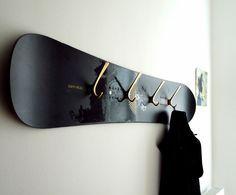 DIY Inspiration: Garderobe aus altem Snowboard oder Skateboard oder beides leicht versetzt untereinander montiert für mehr Platz