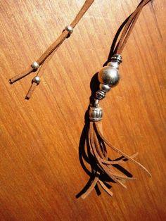 Collar de cuero larga borla borla Bohemia, boho tribales joyería. ¡Una joyería de la manera diaria!!!! collares para mujeres, joyería de plata, joyería de cuero personalizados, originales diseños de kekugi.  Este collar está hecho de cuero y plata perlas plateado. Todas piezas de plata son sometidas a un proceso antialérgico (níquel y sin plomo) con una galjanoplastia de plata de 8 micras de plata.  HECHO POR ENCARGO! Hacer esto es 32 80cm largo ya que tiene una tira de diapositivas en la…