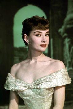 """<div class=""""superCaption""""> Diva de Hollywood das décadas de 1950 e 1960, Audrey adorava usar franjinha curta e sobrancelhas grossas - <span>Foto: Reprodução</span> </div>"""