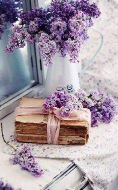 Decorating ideas with lilac - 50 inspirational pictures and smart .-Deko Ideen mit Flieder – 50 Inspirationsbilder und pfiffige Tipps deco ideas with lilac in vintage style - Lavender Aesthetic, Flower Aesthetic, Purple Aesthetic, Aesthetic Drawing, Aesthetic Vintage, Purple Flowers, Beautiful Flowers, Decoration Shabby, Book Flowers