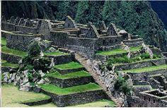 잉카인들이 더욱 더욱 깊숙이 숨기 위해 처녀들과 노인들을 마추 픽추의 한쪽 묘지에 뭍어 버리고 !!! 저2의 잉카 제국을 찾아 어디론가 사라져 버렸다고 합니다 ㅠㅠ 그리하여 마추 픽추는 세계인들이 뇌리 속에 영원한 수수께끼 도시로 남게 된것이죠 . 잉카인의 돌을 다루는 기술은 신기에 가까웠다고 합니다. 그들은 20톤이나 나가는 돌을 바위산 에서 잘라내 수십 키로가 떨어진 산위로 !!! 날라서 신전과 집을 지었는데요 면도날도 드나들 틈 없이 정교 하게 돌을 쌓은 모습은 경이 로움 그차체 !!! 가장 큰 돌은 8.53미터 무게 361톤에 달했다고 합니다