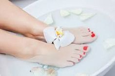 4 Easy Home Remedies For Dry Cracked Heels With Powerful Efficacy The skin on our feet is naturally dry, which can result in dry cracked feet. Dry Cracked Feet, Cracked Skin, Listerine Foot Soak, Pedicure At Home, Spa Pedicure, Foot Remedies, Home Spa Treatments, Homemade Cosmetics, Crochet Patterns For Beginners