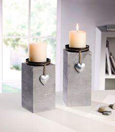 Holz, grau lackiert, Kerzenteller aus Blech, dekoriert mit Schnur und kleinem Blechherz in schimmerndem Silber