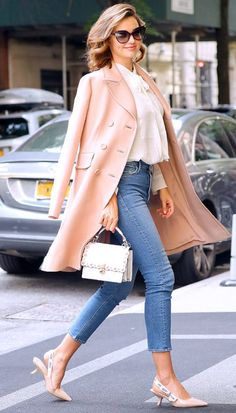Miranda Kerr looks radiant in this springtime outfit. She paired a cream blouse with a blush jacket, cropped jeans, and adorable slip-on heels. Check out these casual celebrity styles for spring that are completely possible for anyone to try! Estilo Miranda Kerr, Miranda Kerr Outfits, Miranda Kerr Street Style, Miranda Kerr 2017, Miranda Kerr Fashion, Mode Outfits, Fashion Outfits, Fashion Trends, Cartier Panthere