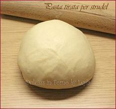 La pasta per strudel tirata o pasta matta garantisce strudel leggeri con un guscio leggerissimo che li contorna, quasi una velina. Una ricetta velocissima.