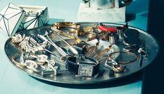 『大ぶりアクセサリーをラフにディスプレイ』スタイリスト 遠藤彩香さんの愛用品と収納術 | 【GINZA】東京発信の最新ファッション&カルチャー情報 | FASHION
