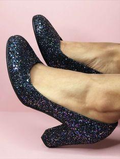 Comme dans un conte de fée, les princesses ont des chaussures dorées... vivez désormais votre mariage comme dans vos rêves et chaussez de beaux escarpins bout rond en paillette glitter Starlight marine multicolore ! Choisissez la hauteur de talon, créez votre paire sur-mesure et personnalisez là en cliquant sur l'image ! 🥰 Conte, Princesses, Heels, Fashion, Golden Shoes, Custom Shoes, Smooth Leather, Glitter, Pumps