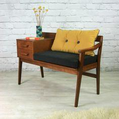 Retro Sitzbank mit Schubladen und eine Vase als Dekoration