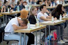 Junge Frauen und Männer beim Aufnahmetest für die MedUni Wien Anfang Juli. Bei mathematischen Fähigkeiten wurden die Unterschiede geringer, Männer sind aber nach wie vor im Vorteil.