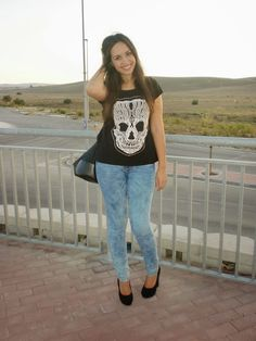 http://unachicasual.blogspot.com.es/2013/10/love-rock.html  jeans, hells, tacones, negro, black, tie dye fashionblogger, fashionblog, fashion, oodt, look, outfit, moda, skull, calavera, tee, camiseta, t-shirt