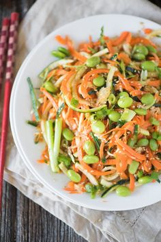 Asian Sesame Edamame Salad: A power salad that's not only packed with sweet and salty Asian flavor, but also filled with vitamins, protein, and fiber! If you're looking for a light vegetarian lunch or dinner, this… Veggie Recipes, Asian Recipes, Vegetarian Recipes, Cooking Recipes, Healthy Recipes, Kid Recipes, Chicken Recipes, Recipies, Edamame Salad
