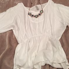 White Top White too excellent condition. Great with a pair of dark jeans! make an offer everything in my closet is negotiable Tops