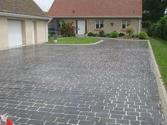 """Pour tous les accès de la maison! Une superbe surface de 170m² réalisée en béton Articimo® de couleur ardoise, utilisant le motif """"Antique""""."""