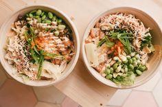 Sushi-Bowl Haha, om det nu går att säga att det finns it-luncher så är nya hypade Sushi Bowln utan tvekan en sådan. Det är alltså en sushisallad med alla tillbehör man kan tänkas vilja ha. Den är tiopoäng. Har blivit helt besatt av den här salladen. Ednamebönor, kimchisallad, salmalax, ingefära, chilimayo – mums, mums, mums!