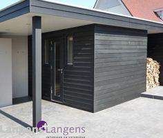 gevelbekleding buitenzijde poolhouse met sauna van red cedar bevelsiding, afgewerkt met een zwarte canadese olie ( in samenwerking met PUUR groenprojecten) / www.langens-langens.nl