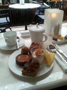 #PrincedeGalles Le #Patio Buffet teatime du dimanche (riz au lait, fruits, kouglof, chou pistache-cassis, kouign amann, tarte tiramisù et mignardises : pâte de fruit et caramel)