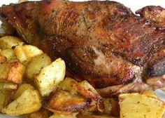 <p>Il capretto al forno è una classica ricetta del periodo pasquale, ma è un piatto che si può preparare per qualsiasi occasione speciale.<br />La consuetudine di consumare l'agnello e il capretto a Pasqua risale alla tradizione ebraica.<br />Il capretto o l'agnello simboleggiano la purezza e la redenzione nella Resurrezione.</p>