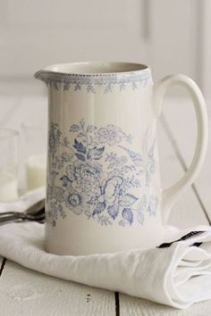 This post is about Burleigh pottery, a type of transferware made by hand in England. Blue And White China, Love Blue, Blue China, Café Chocolate, Country Blue, White Decor, Something Blue, Vintage China, Chinoiserie