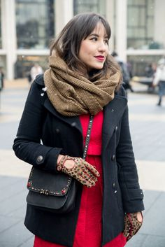 Look saia preta, moletom Adidas Originals, casaco vermelho ...