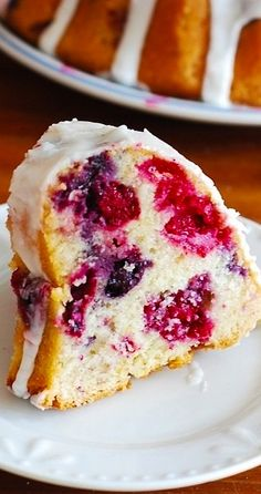 Mixed berry bundt cake with blueberries, blackberries, and raspberries with lemon glazing! Mixed berry bundt cake with blueberries, blackberries, and raspberries with lemon glazing! Tea Cakes, Bunt Cakes, Food Cakes, Cupcake Cakes, Köstliche Desserts, Dessert Recipes, Desserts With Berries, Summer Cake Recipes, Plated Desserts