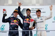 Hamilton abandona a corrida e viu Ricciardo a vencer o Grande Prémio da Malásia https://angorussia.com/desporto/hamilton-abandona-corrida-viu-ricciardo-vencer-grande-premio-da-malasia/