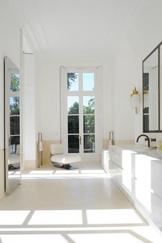 White Bathroom - Interior design by Joseph Dirand - Photo by Adrien Dirand via AD France. Best Interior, Home Interior, Bathroom Interior, Interior Architecture, Interior Shop, Interior Office, Interior Livingroom, Classic Interior, Interior Stylist
