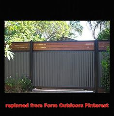 How to Build a Stylish Fence from Roofing and Roofing Supplies backyard design diy ideas Diy Privacy Fence, Privacy Fence Designs, Backyard Privacy, Diy Fence, Fence Landscaping, Backyard Fences, Fence Gate, Horse Fence, Cedar Fence