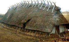 Rekonstruktion av vikingatida hus från 1000-talet i Hög, Skåne. Reconstruction of a Viking house from around 1000, in Hög, Skåne.