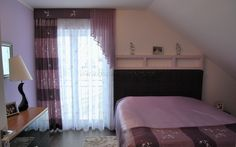 Heller Schlafzimmer Vorhang im klassischen Stil mit Schals in lila und rosa - http://www.gardinen-deko.de/heller-schlafzimmer-vorhang-im-klassischen-stil-mit-schals-lila-und-rosa/