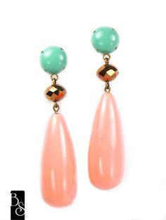 Brinco gota na cor coral com detalhe em cristal dourado e pedra verde àgua na base. 7 cm de altura R$32,00