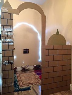 نع مسجداً من الكرتون لأبنائها الصغارا داخلاص منزلهم لتحفيزهم على الصلاة
